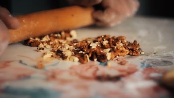 Člověka drtí ořechy trn na těsto