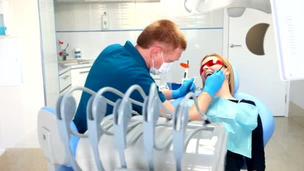 zubař léčí zuby