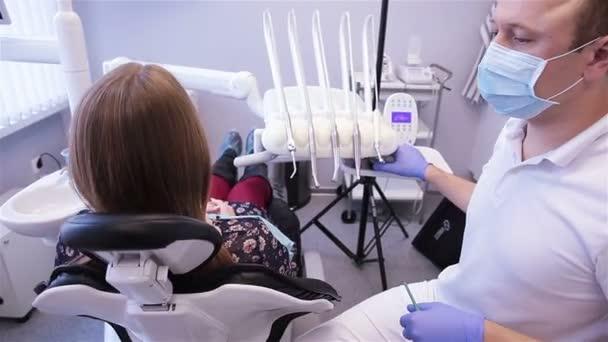 zubař léčí zuby žena