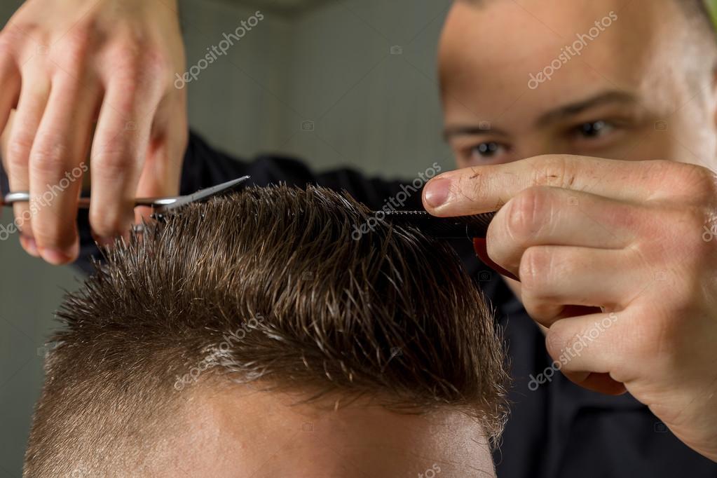 Manner Haare Schneiden Mit Einer Schere In Einem Beauty Salon