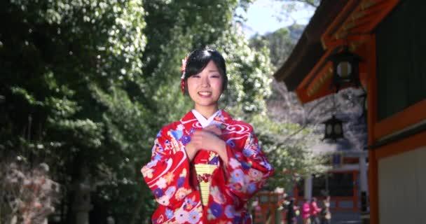 Krásná japonská dívka v kimonu Vítá vás Kjóto střední střílel na chrám