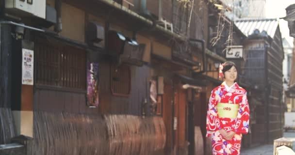 Krásné mladé japonské kimono dívka chodí přes ulici Kyoto