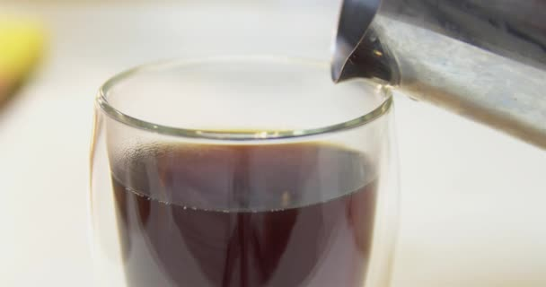 Nalijete mléko do čerstvě uvařená káva 4k