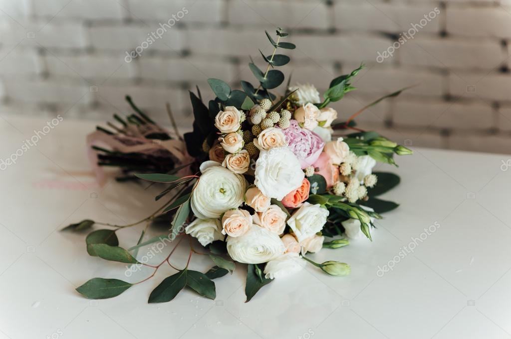 Schone Moderne Hochzeitsstrauss Auf Tisch Stockfoto C Rubanok I Ua