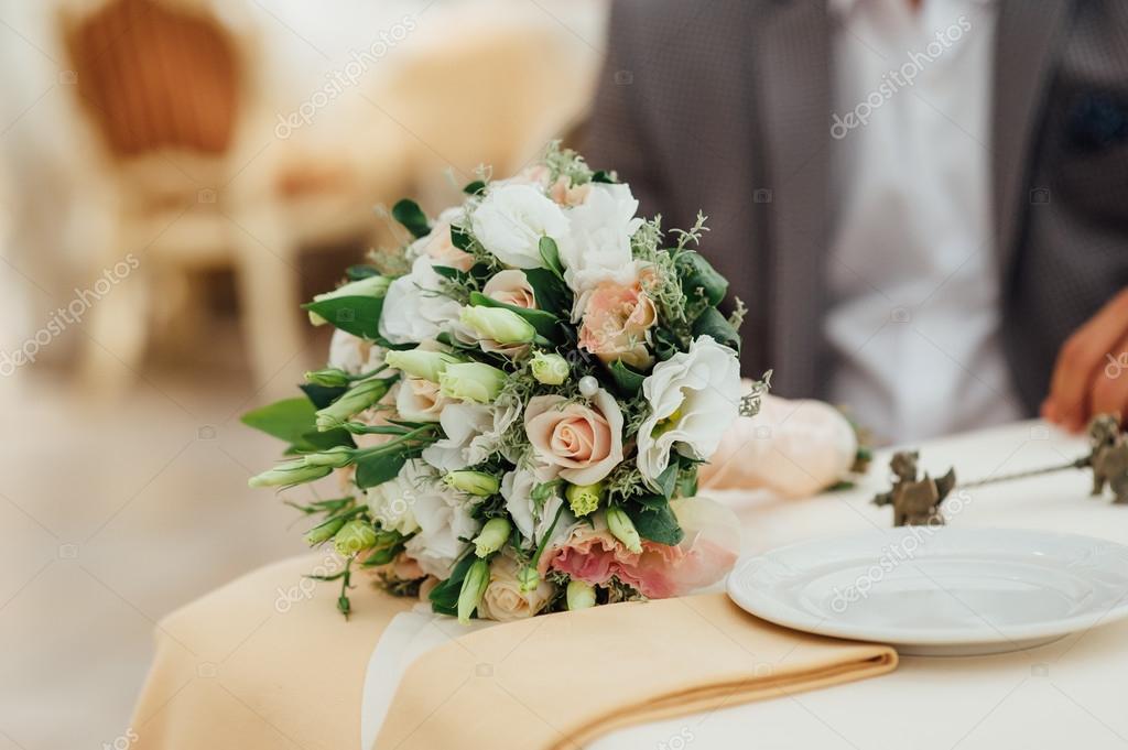 Schone Moderne Hochzeitsstrauss Auf Holzbohlen Stockfoto C Rubanok