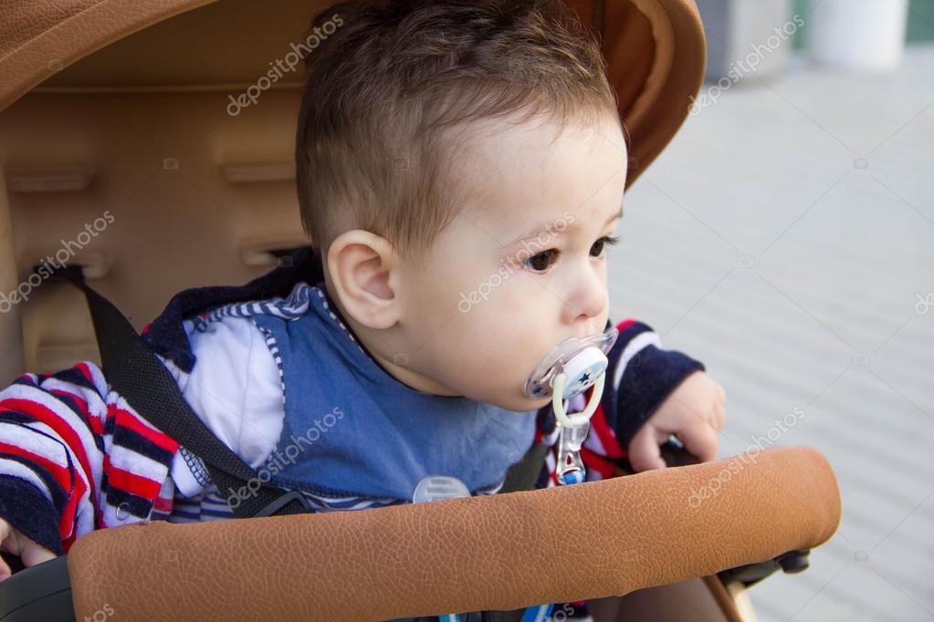 vêtements de garçon mignon petit bébé assis dans une voiture en
