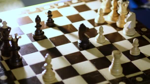 Die Großmutter spielt zu Hause mit ihrem Enkel Schach. Nahsicht. Zeitlupenaufnahmen. Aufgenommenes Video.