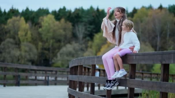 Mädchen mit ihrer Mutter, Mutter mit Tochter verbringt Zeit miteinander. glückliche Familie verbringt Zeit miteinander im Park. Beziehungen zwischen den Generationen. Zeitlupenvideo. Archivbild