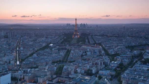 Eiffelova věž a noční světla Paříže