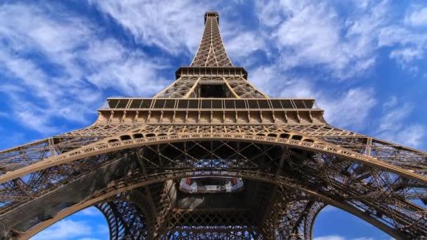 Eiffelova věž s mraky