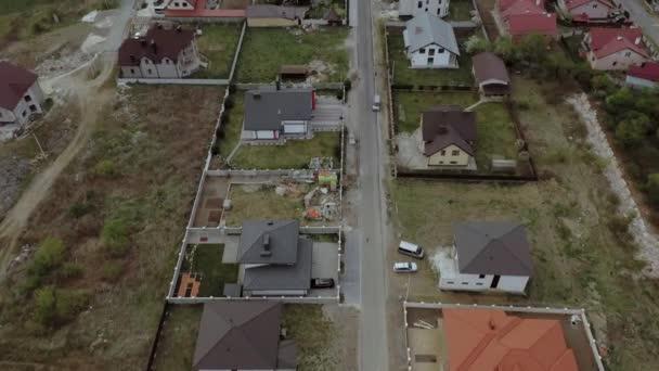 letecký pohled na domy na sídlišti, některé s budovou na střešních panelech
