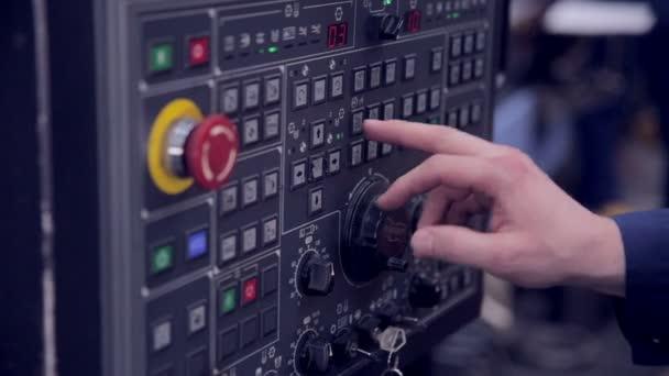 Fabrikarbeiter richtet CNC-Drehmaschine in Fabrik ein.