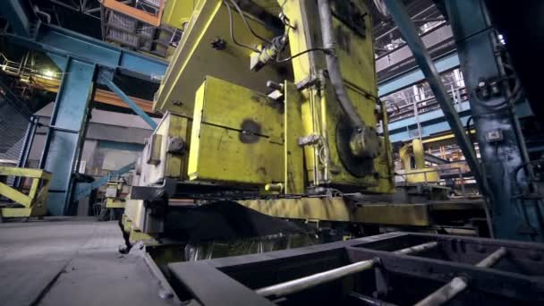 Robot de fabricación de piezas de coches en fábrica. Fundición de ...