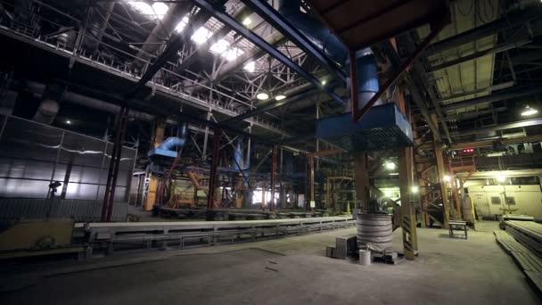 riesige alte umweltverschmutzende Fabrik im Inneren.