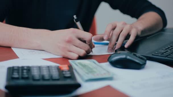 Muž s Kalkulačka a účty počítání peněz. Finance, podnikání, ekonomika
