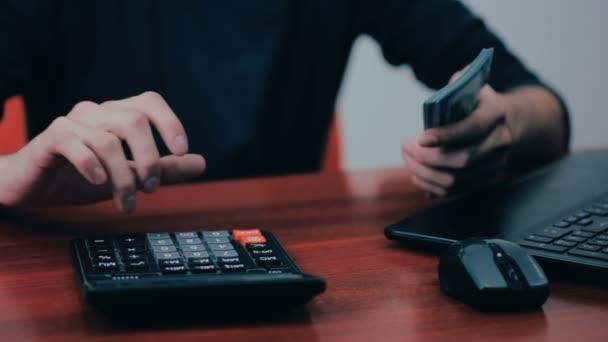 Muž s Kalkulačka a účty počítání peněz. Finance, podnikání, ekonomika.