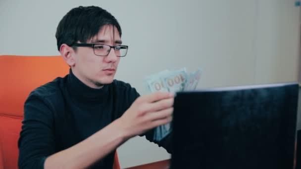 Sikeres üzletember számít pénz, boldog, hogy ő keresete, jövedelme.