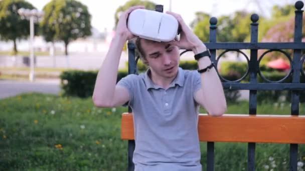 Giovane uomo Rimuovi 360 Vr gli occhiali, eccitati da Vr giochi, impressionato guardando i video di realtà virtuale 360.