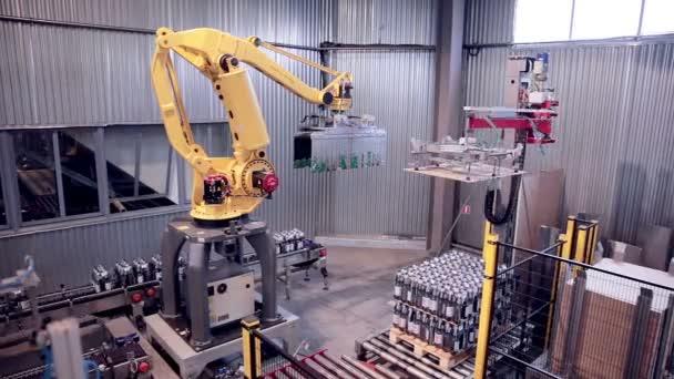 Robotické rameno načítání a kompletace výrobků.
