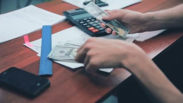 Člověk ruce počítání zisk. Nás dolary