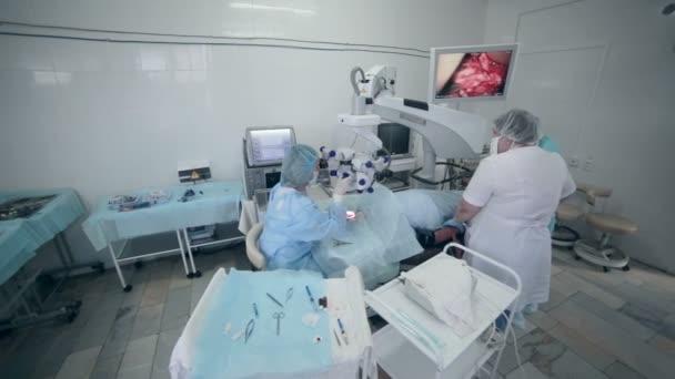 Die Operation im Krankenhaus Operationssaal Ärzteteam — Stockvideo ...