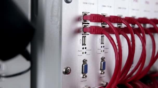 Super počítač s kabely, připojení a lampy