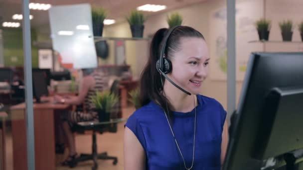 Usměvavá call centrum operátor, agent pracující v jasná linka podpory