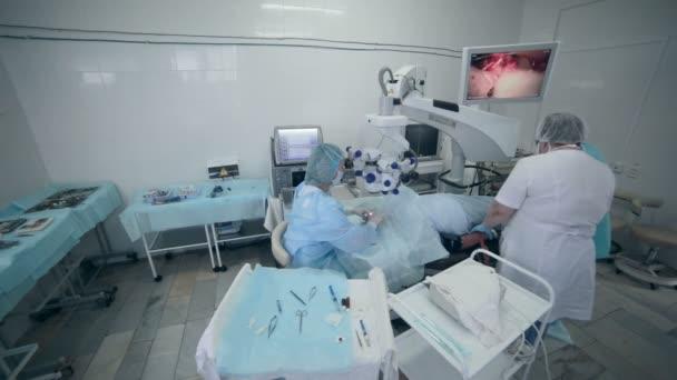 K nepoznání lékaři tým provádějící chirurgii v nemocnici operační sál