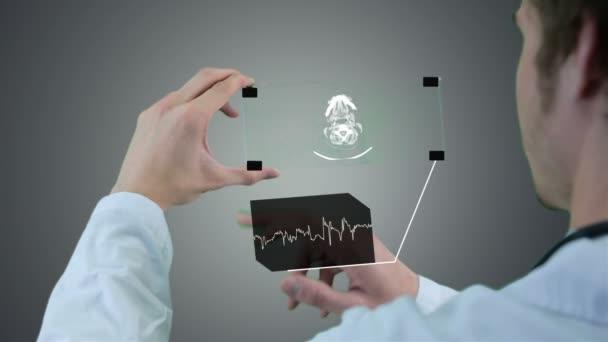 Nicht erkennbare Wissenschaftler, Arzt Hände mit futuristischen Touchscreen-Technologie, x-ray zeigt. Motion Grafik