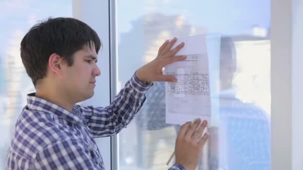 Architekti pracuje s skica, kresba, plán Zářivě čistá kancelář panoramatická okna.