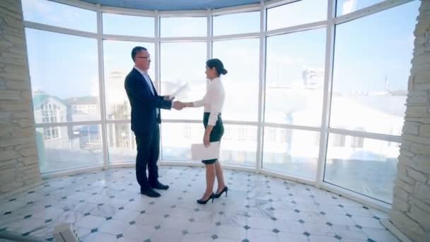 Handshake mezi obchodníky. Obchodní koncept dohody. Steadicam natáčení.