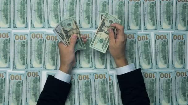 Podnikatele ruce počítání set nás dolarové bankovky u stolu. Dolary pozadí