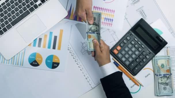 Boj o peníze: podnikatel ruce tahání sto dolarové bankovky.