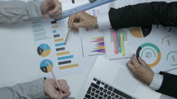 Über Ansicht von zwei Geschäftsleute arbeiten zusammen an der Rezeption sprechen günstig, finanzielle Diagramme
