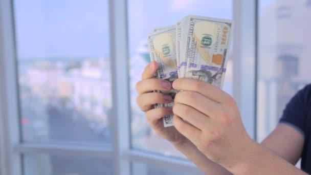 K poznání člověka rukou, počítání peněz, nás dolary. Palec nahoru