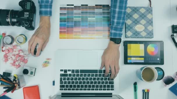 K nepoznání kreativní návrhář pracující v kreativní agentura. Pohled shora.