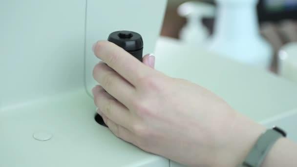 Nicht erkennbare Ärztinnen Arm mit medizinischen Geräten in modernen Forschungslabor.