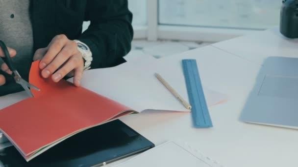 Nicht erkennbare kreative Designer arbeiten in modernen Büros. Schneiden Blätter, Auswahl von Farben. Nahaufnahme.