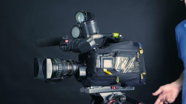 Studio camera. Kameraman se změní profesionální fotoaparát připraven k fotografování