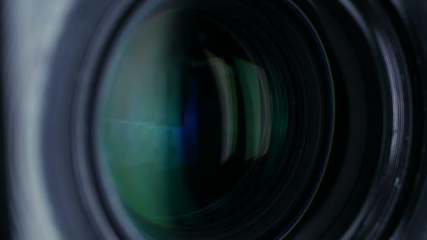 Objektiv fotoaparátu zblízka střílel. Přiblížit, oddálit.