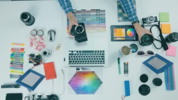 über Ansicht. Fotograf am Schreibtisch in einer Kreativagentur.