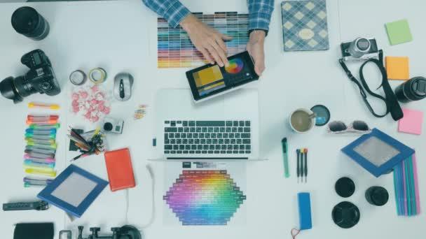 Pohled shora. K nepoznání muž pracuje na tabletu v ateliéru design. Creative pozadí.
