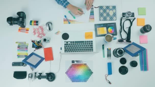 Kreativer Hintergrund. Mann arbeitet am Computer.