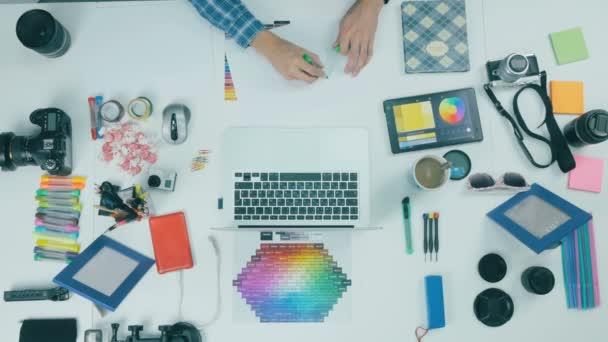 Creative pozadí. Muž pracuje na počítači.