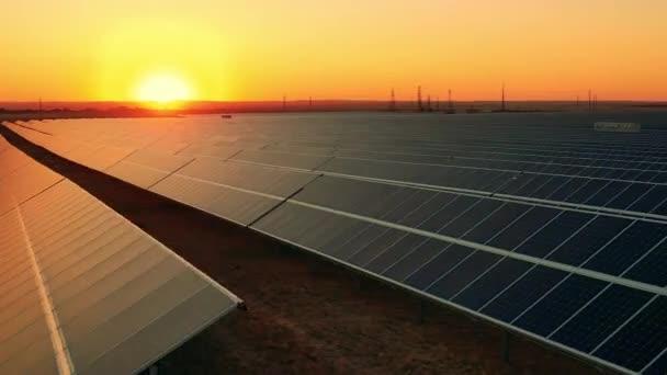 Solarpaneel-Array im Sonnenlicht am späten Nachmittag