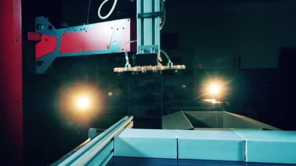 Roboterwerkzeug legt Gegenstände in einen großen Kasten