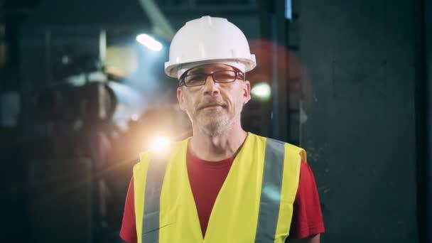 Männlicher Ingenieur mit Hut und Sicherheitsweste