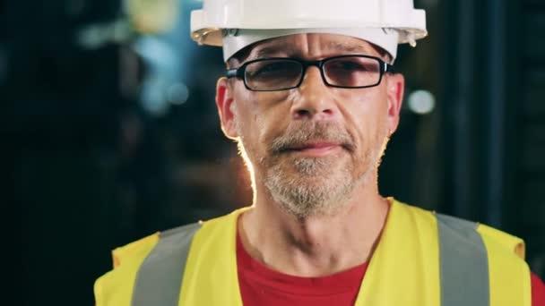 Das Gesicht eines bärtigen Ingenieurs mit Brille und Hut