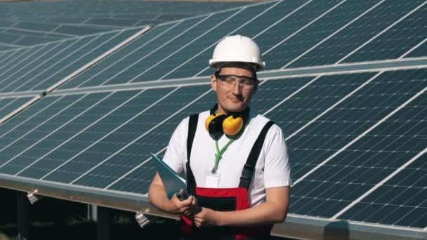 Solarenergie-Ingenieur bei der Arbeit in einem Solarpark