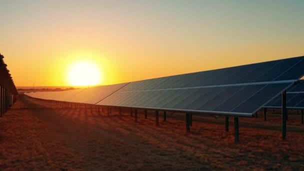 Napelemek sorai napnyugtakor egy fotovoltaikus erőműben